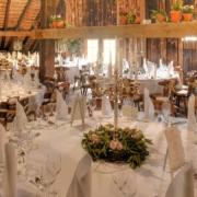 Hochzeitsdekoration in der großen Scheune